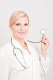 Optimistischer weiblicher Doktor mit Stethoskop Lizenzfreie Stockfotografie