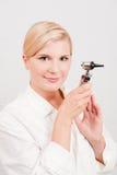 Optimistischer weiblicher Wissenschaftler mit medizinischem Hilfsmittel Stockfoto