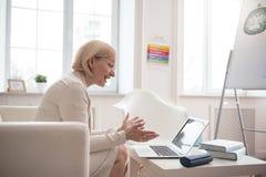 Optimistisk hög affärskvinna som direktanslutet kallar Royaltyfri Foto
