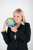 optimistisk kvinna för jordklotkontor Royaltyfri Foto