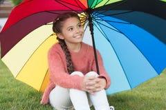Optimistiskt barn Färgrik tillbehör för gladlynt lynne Parkerar gå för hår för gladlynt barn för flicka långt med paraplyet royaltyfri foto