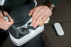 Optique de casque de réalité virtuelle de nettoyage images stock
