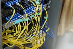 Optique de fibre d'Internet de pièce de serveur photographie stock