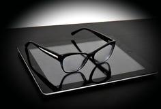Optisch glas op tablet en lijst Stock Fotografie