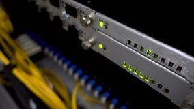 Optische commutator in Data Center Aanwijzing van verrichting van de netwerkapparatuur stock footage