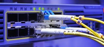 Optische die vezelkabels met gegevenscentrum worden verbonden royalty-vrije stock afbeeldingen