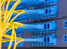 Optische netwerkkabels en servers Stock Foto's