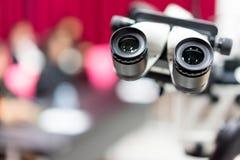 Optische microscoop in het ziekenhuis in geavanceerde wetenschap royalty-vrije stock fotografie
