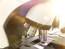 Optische microscoop - wetenschap en laboratoriummateriaal Voor binnen gepland leiden, onderzoekexperimenten, onderwijsdemonstrati stock afbeeldingen