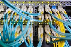Optische schakelaar en colorfull FC-kabels stock foto