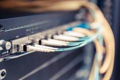 Optische schakelaar en colorfull FC-kabels Royalty-vrije Stock Foto's
