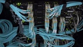 Optische server commutator Opvlammende lichten Optische vezel Scheidt computer in een rek bij groot DA stock footage