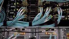 Optische vezel Scheidt computer in een rek op het grote gegevenscentrum stock footage