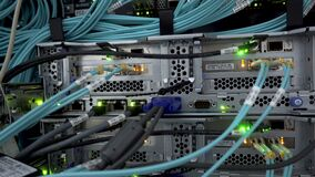 Optische vezel Serverscomputer in een rek op het grote gegevenscentrum stock videobeelden