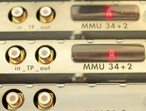 Optischer Mehrfachkoppler im beweglichen Betreiber des Serverraumes stockfoto