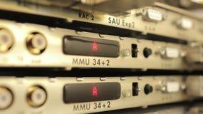Optischer Mehrfachkoppler im beweglichen Betreiber des Serverraumes stockbild