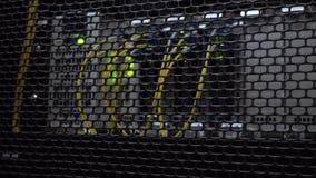 Optischer Server befindet sich hinter der Eisentür des Rechenzentrum-Serverraumes Ansicht durch die runden Entlüftungen von stock footage