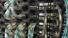 Optischer Server befindet sich hinter der Eisent?r des Rechenzentrum-Serverraumes Video enth?lt Ger?usche stock video