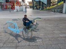 Optisk illusion för gatakonstvisning Fotografering för Bildbyråer