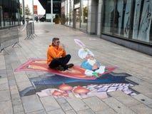 Optisk illusion för gatakonstvisning Royaltyfri Bild