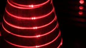 Optisk illusion med röda laser och geometriskt objekt stock video