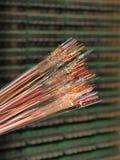 Optiska fibrer av 12 olika färger med det avrivna färglagret Arkivfoto