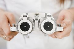 Optiska monokelramar är utrustning av ögonläkaren royaltyfri foto