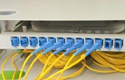 Optiska nätverkskablar och serveror Arkivbilder