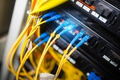 Optiskt för fiber med serveror i en teknologidatorhall royaltyfri foto