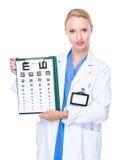 Optometriker anwesend mit Sehtafel Lizenzfreie Stockfotos