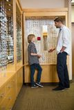 Optometriker And Boy Communicating im Speicher lizenzfreie stockfotografie