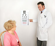 Optometriker, der Augen-Diagramm zeigt Stockfotografie