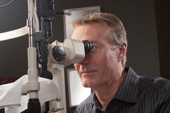 Optometriker, der Biomikroskop verwendet Stockbild