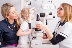 Optometriker, der die Vision des kleines Kindes überprüft lizenzfreie stockfotos