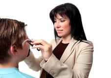 Optometriker mit Probefeldern Lizenzfreie Stockfotografie