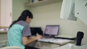 Optometriker Technician och utrustning stock video