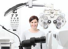 Optometrikerexamen, synförmågakvinnapatient i optikerkontor royaltyfri fotografi