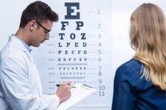 Optometrikerhandstil på skrivplattan royaltyfri fotografi