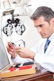 OptometrikerHolding Measuring Eye exponeringsglas Arkivbild