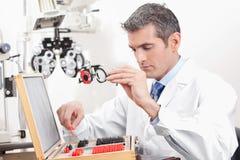 OptometrikerHolding Measuring Eye exponeringsglas royaltyfri fotografi
