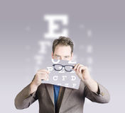 Optometrist ή γιατρών οράματος γυαλιά ματιών εκμετάλλευσης Στοκ Εικόνες