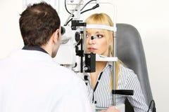 optometrist посещаемости Стоковые Изображения