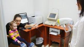 Optometrist проверяет зрение ` s ребенка - мать и ребенок в комнате офтальмолога Стоковые Фотографии RF