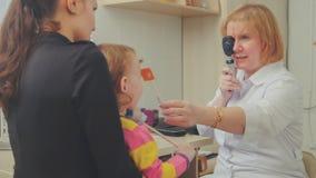 Optometrist проверяет зрение ` s ребенка - мать и ребенок в комнате офтальмолога Стоковая Фотография