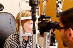 Optometrist проверяя зрение childs Стоковые Изображения