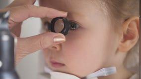 Optometrist проверяя зрение ` s маленького ребенка - съемку макроса Стоковые Изображения