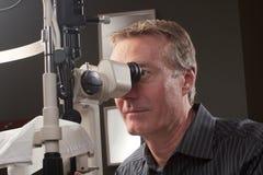 Optometrist die biomicroscoop gebruikt Stock Afbeelding