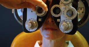 Optometrist die geduldige ogen met messbrille 4k onderzoeken stock videobeelden