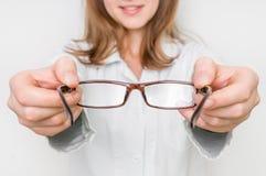 Optometrist die nieuwe oogglazen geven aan patiënt Royalty-vrije Stock Foto's