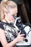 Optometrist die oogglazen controleren Royalty-vrije Stock Afbeelding